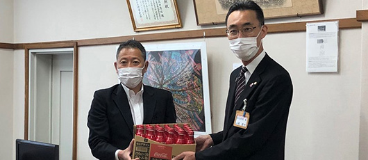 CCBJI delivered 4,700 bottles of Coca-Cola products free of charge to Saitama Food Pantry Network. Support for activities to address local issues!